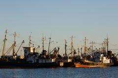 BERDYANSK - DE OEKRAÏNE, 01 SEPTEMBER, 2016: Vissersboot in de oude haven van stad Berdyansk Het overzees van Azov ukraine Stock Foto's