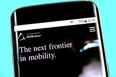 Berdyansk, Ucrânia - 1º de junho de 2019: Homepage do Web site de Aisin Seiki Logotipo de Aisin Seiki visível na tela do telefone fotos de stock