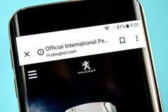 Berdyansk, Ucrânia - 30 de maio de 2019: Homepage do Web site de Peugeot Logotipo de Peugeot visível na tela do telefone imagem de stock royalty free