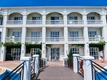 Berdyansk, Ucraina 30 giugno 2018: Hotel di località di soggiorno di The Sun in mare della spiaggia di Azov immagine stock