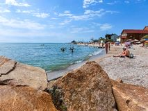 Berdyansk, Ucraina 30 giugno 2018: seasonon della stazione balneare la costa del mare di Azov La gente sta prendendo il sole sull Immagine Stock Libera da Diritti