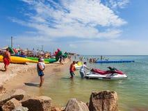 Berdyansk, Ucraina 30 giugno 2018: seasonon della stazione balneare la costa del mare di Azov La gente sta prendendo il sole sull immagini stock