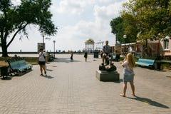 Berdyansk, Ucrania - 31 de agosto de 2016: Turístico lleve una foto con el monumento el gobio - símbolo de Berdyansk Fotos de archivo