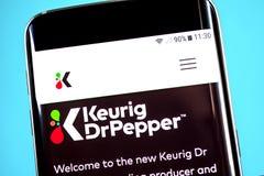 Berdyansk, Ucrania - 4 de junio de 2019: Homepage de la página web del Dr. Pepper de Keurig Logotipo del Dr. Pepper de Keurig vis fotos de archivo