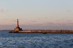 BERDYANSK - UCRANIA: 2 DE SEPTIEMBRE DE 2016: Faro cerca del puerto en el mar de Azov Fotografía de archivo libre de regalías