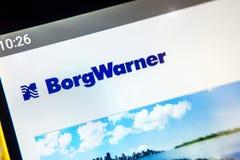 Berdyansk Ukraina - April 1, 2019: BorgWarner websitehomepage BorgWarner logo som är synlig på telefonskärmen fotografering för bildbyråer