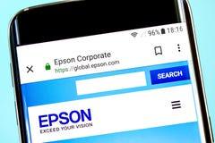 Berdyansk, Ukraina - 8 2019 Czerwiec: Seiko Epson strony internetowej homepage Seiko Epson logo widoczny na telefonu ekranie, Ill obraz royalty free