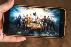 Berdyansk Ukraina - December 25, 2018: Android-Smartphone spelar mobila Battle Royalelekar för PUBG arkivfoto