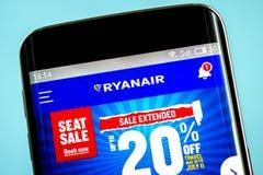 Berdyansk Ukraina - 6 Juni 2019: Homepage för website för Ryanair innehavflygbolag Ryanair innehavlogo som är synlig på telefonsk royaltyfri fotografi