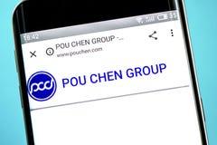 Berdyansk Ukraina - 6 Juni 2019: Pou Chen websitehomepage Pou Chen logo som är synlig på telefonskärmen royaltyfri foto
