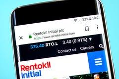 Berdyansk Ukraina - 8 Juni 2019: Rentokil Initial websitehomepage Rentokil Initial logo som är synlig på telefonskärmen, royaltyfria foton