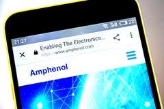 Berdyansk Ukraina - 19 Maj 2019: Amphenol websitehomepage Amphenol logo som är synlig på telefonskärmen royaltyfria bilder