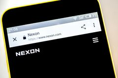 Berdyansk, Ukraina - 15 2019 Maj: NEXON strony internetowej homepage NEXON logo widoczny na telefonu ekranie fotografia royalty free
