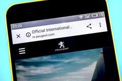 Berdyansk, Ukraina - 26 2019 Maj: Peugeot strony internetowej homepage Peugeot logo widoczny na telefonu ekranie zdjęcie royalty free
