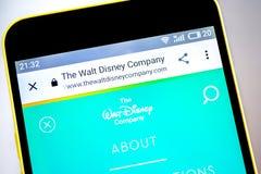 Berdyansk Ukraina - 19 Maj 2019: Walt Disney websitehomepage Walt Disney logo som är synlig på telefonskärmen royaltyfri fotografi
