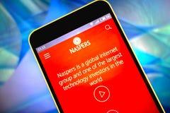 Berdyansk Ukraina - mars 19, 2019: Naspers websitehomepage Naspers logo som är synlig på telefonskärmen royaltyfri bild