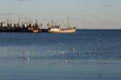 BERDYANSK - UKRAINA, SEPTEMBER 01, 2016: Fiskebåt i den gamla porten av staden Berdyansk Azov hav ukraine Royaltyfri Foto