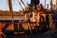 BERDYANSK - UKRAINA, SEPTEMBER 01, 2016: Fiskebåt i den gamla porten av staden Berdyansk Azov hav ukraine Royaltyfria Bilder