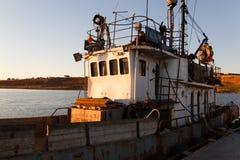 BERDYANSK - UKRAINA, SEPTEMBER 01, 2016: Fiskebåt i den gamla porten av staden Berdyansk Azov hav ukraine Arkivfoto