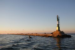 BERDYANSK - UKRAINA: SEPTEMBER 02, 2016: Fyr nära port i det Azov havet Arkivbild