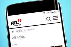 Berdyansk, Ukraine - 4 juin 2019 : Page d'accueil de site Web de groupe de RTL Logo de groupe de RTL évident sur l'écran de télép photographie stock