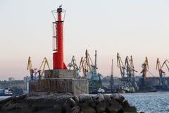 BERDYANSK - UKRAINE : LE 2 SEPTEMBRE 2016 : Balise près de port en mer d'Azov Images libres de droits