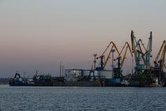 BERDYANSK - UKRAINE, AM 2. SEPTEMBER 2016: Schattenbild vieler großes Kräne im Seehafen stockfoto