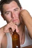 Bere alcolico dell'uomo fotografie stock