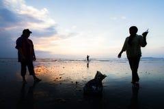 Bere del pescatore d'acqua dolce sulla spiaggia tropicale di estate calda noi fotografie stock