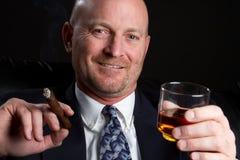 Bere dell'uomo del sigaro Fotografie Stock