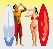 Bere dell'uomo e della ragazza del surfista Fotografia Stock Libera da Diritti