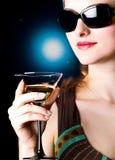 Bere di modello in un salotto Immagine Stock