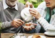 Bere senior del tè di pomeriggio delle coppie si rilassa il concetto fotografie stock libere da diritti