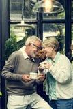 Bere senior di Tean di pomeriggio delle coppie si rilassa il concetto fotografie stock libere da diritti