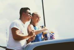 Berea, Ky USA - Wrzesień 16, 2017 Spoonbread festiwalu A para cieszy się wręczający out cukierek podczas parady Obraz Stock