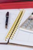 Berechnen Sie auf Kalenderbuch stockfotos