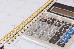 Berechnen Sie auf Kalenderbuch lizenzfreie stockfotos
