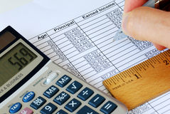 Berechnen Sie den Kapitalgewinn mit dem Rechner Lizenzfreies Stockfoto