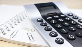 Berechnen Sie im Büro Lizenzfreie Stockfotos