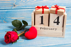 Berechnen Sie Kalenders mit Geschenk, rotem Herzen und rosafarbener Blume, Valentinsgrußtag Stockfoto