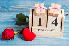 Berechnen Sie Kalenders mit Geschenk, rotem Herzen und rosafarbener Blume, Valentinsgrußtag Stockfotografie