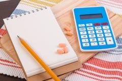 Berechnen Sie Kalorien, um Gewicht zu verlieren Kalorienzählen auf einem Papier Stockfotografie