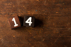 Berechnen Sie Nr. auf altem Holztisch mit Kopienraum, 14 Stockfoto