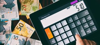 Berechnung des Geldes Stockbild
