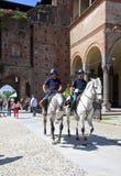 Bereden politie in Castello Sforzesco, Milaan Stock Afbeelding