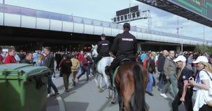 Bereden politie onder de ventilators stock video