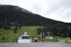 Bereich der Seilbahnstation nahe Österreichisch-italienischer Grenze stockbilder