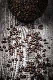 Bereich des Kaffees und der Kaffeebohnen auf altem grauem Holztisch ton Stockfotografie
