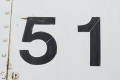 Bereich 51 Nr. 51 fünfzig eine weiße alte Metallhintergrundbeschaffenheit lizenzfreies stockfoto