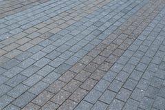 Bereich oder Gehweg hergestellt von den Granit- oder rechteckigen Marmorierungfliesen grau und braun stockfotografie